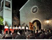 naszup klape Kurenat ispred crkve sv. Petra i Pavla, Mljet