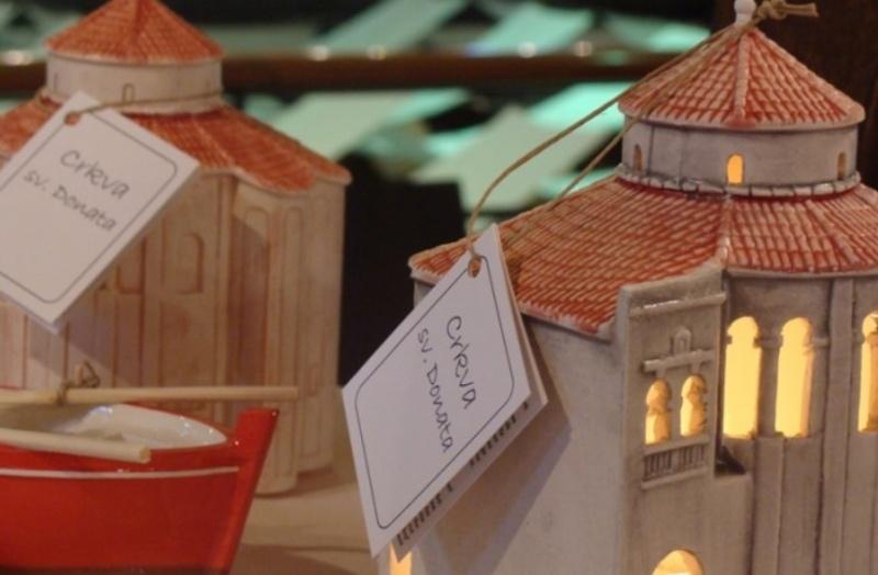 Zadarské suveníry nakupujúce v Zadare nakupovali všetky darované